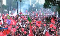 Manifestação na Paulista reúne milhares de pessoas contra o golpe