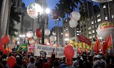 Ato pela democracia e contra o impeachment na Praça da Sé