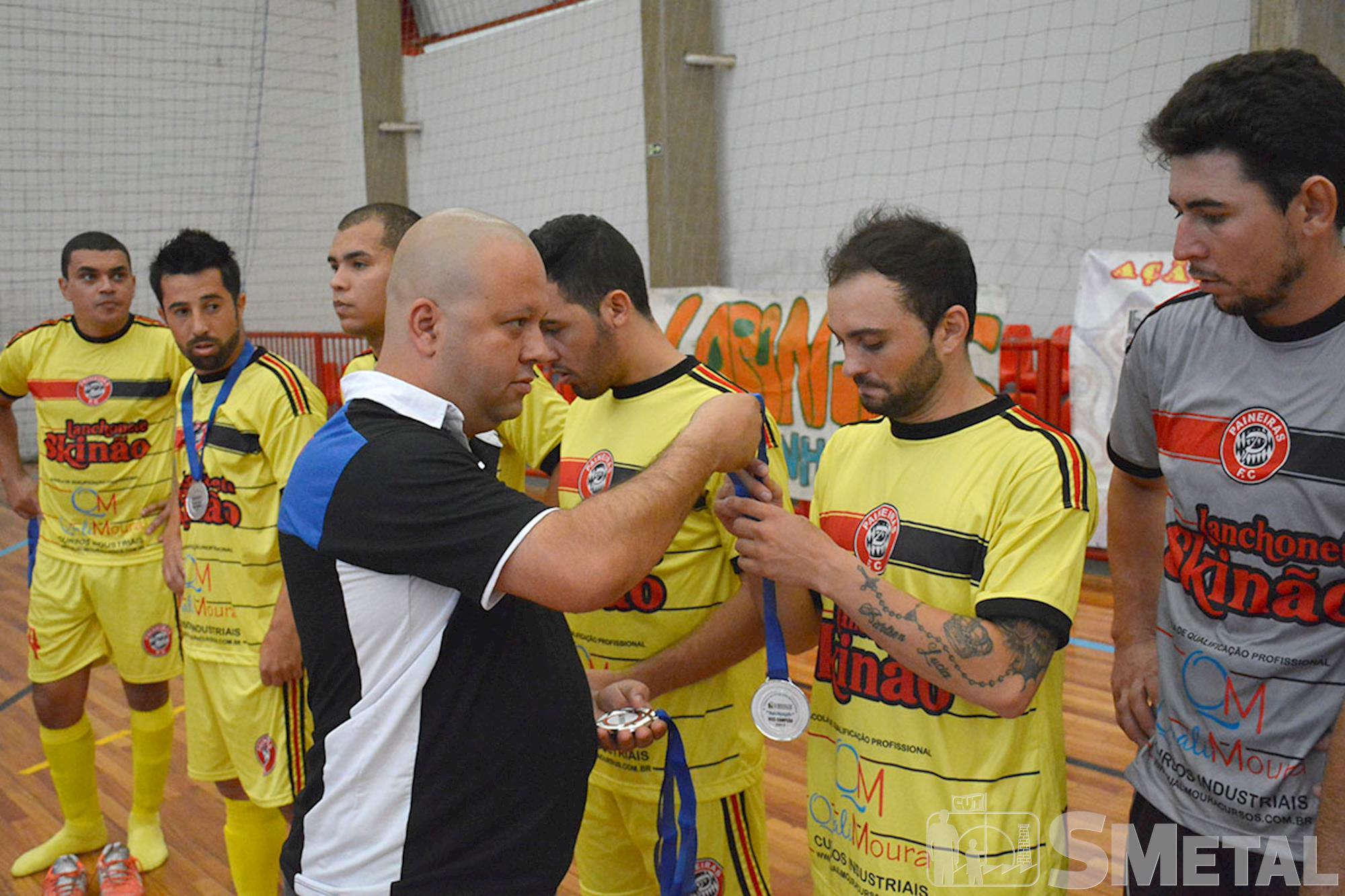 Entrega de medalhas à equipe Lanchonete Skinão, vice-campeã da 12ª Taça Papagaio de Futsal, ,
