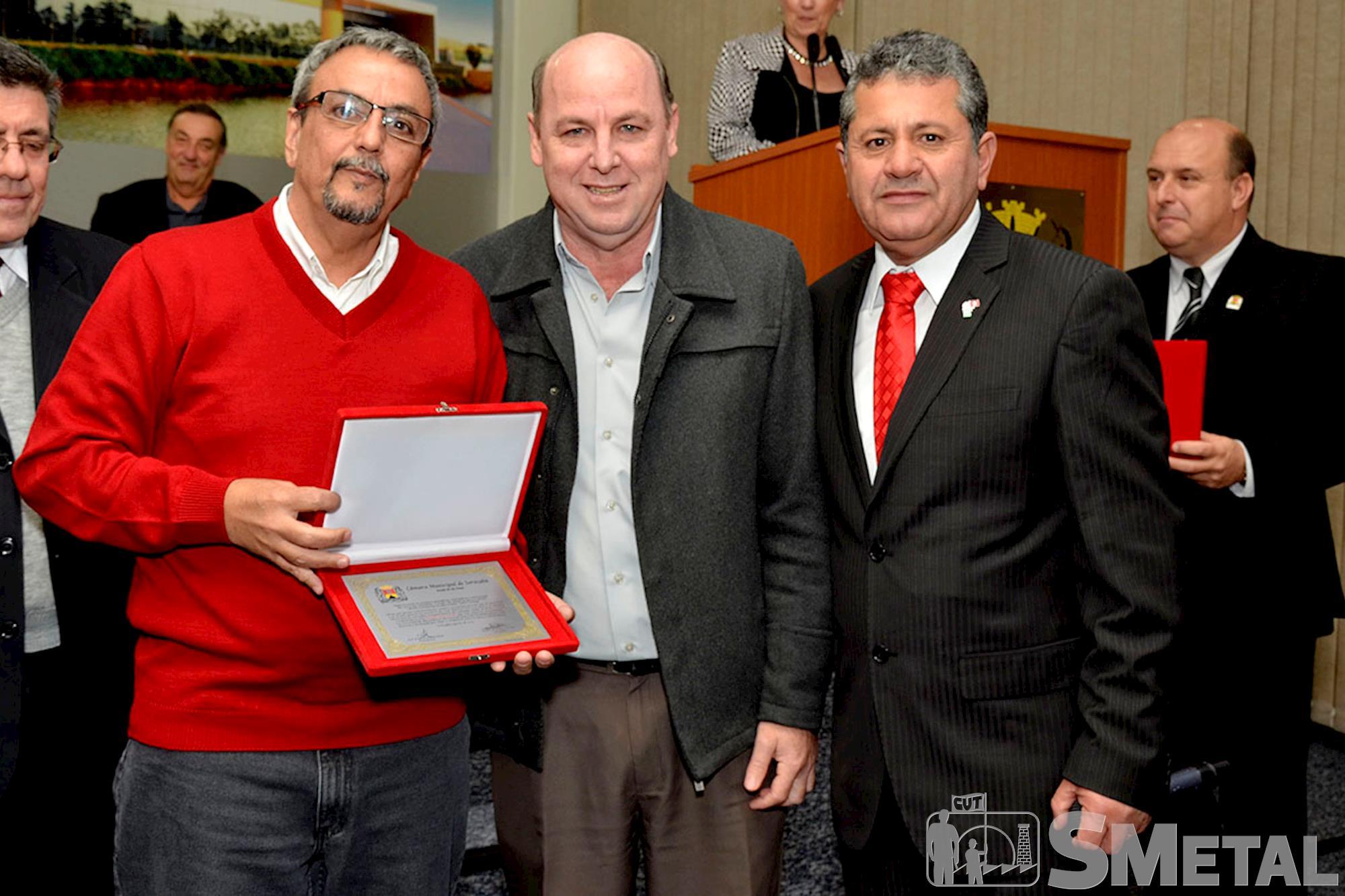 O ex-presidente do Sindicato dos Metalúrgicos,  Geraldo Titotto,  recebe homenagem de José Carlos Triniti e Izídio, Sessão Solene na Câmara de Sorocaba comemora 30 anos de CUT