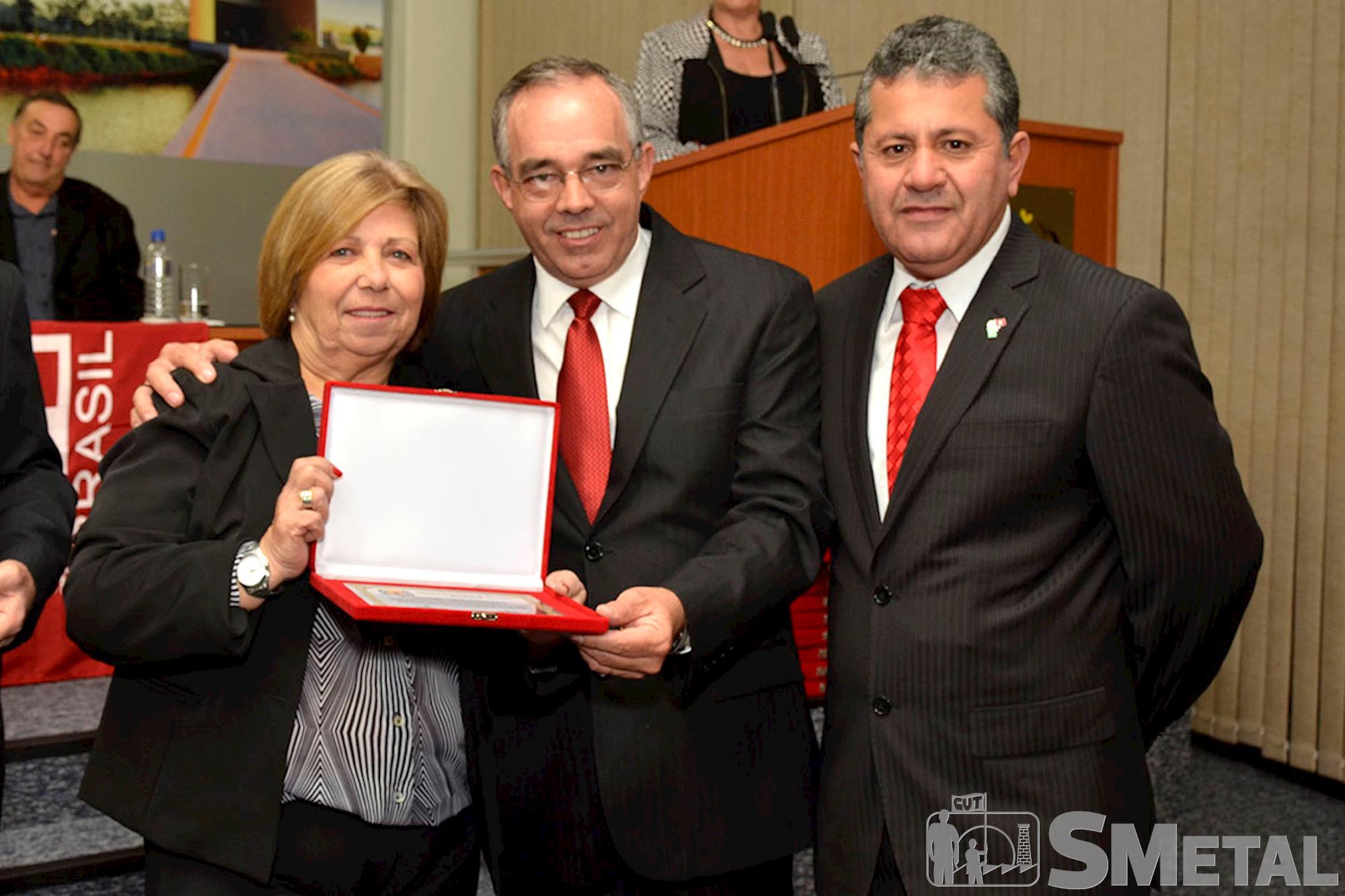 A sindicalista Maria Elisabeth Gonçalves recebe placa em alusão aos 30 anos da CUT dos vereadores petistas Carlos Leite e Izídio de Brito, Sessão Solene na Câmara de Sorocaba comemora 30 anos de CUT