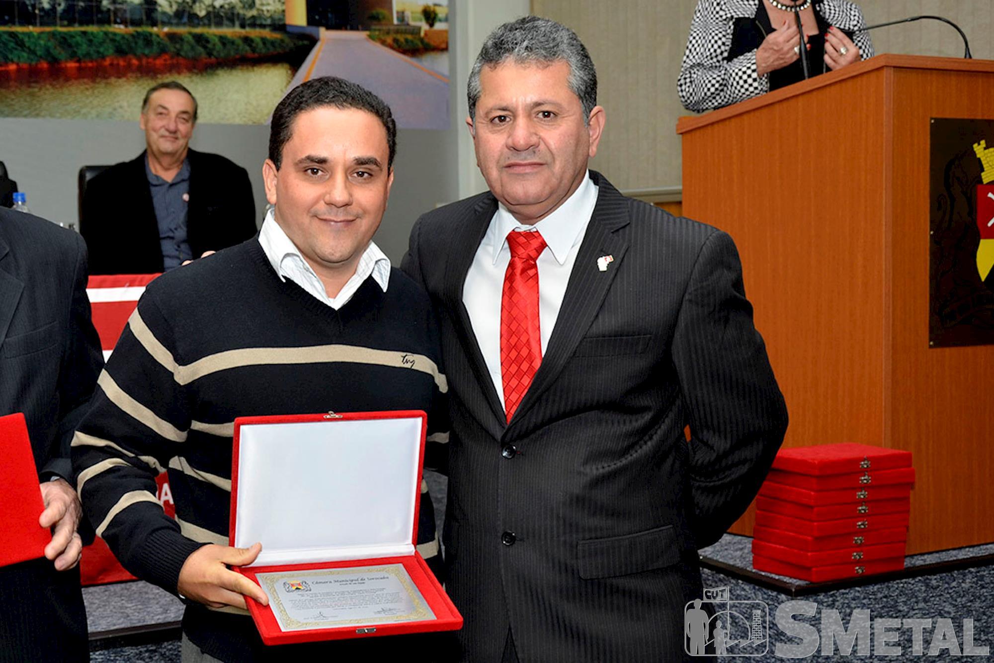 Francis da Silva,  filho do sindicalista Wilson Fernando da Silva,  o Bolinha,  recebeu homenagem em nome do pai,  um dos fundadores da CUT, Sessão Solene na Câmara de Sorocaba comemora 30 anos de CUT