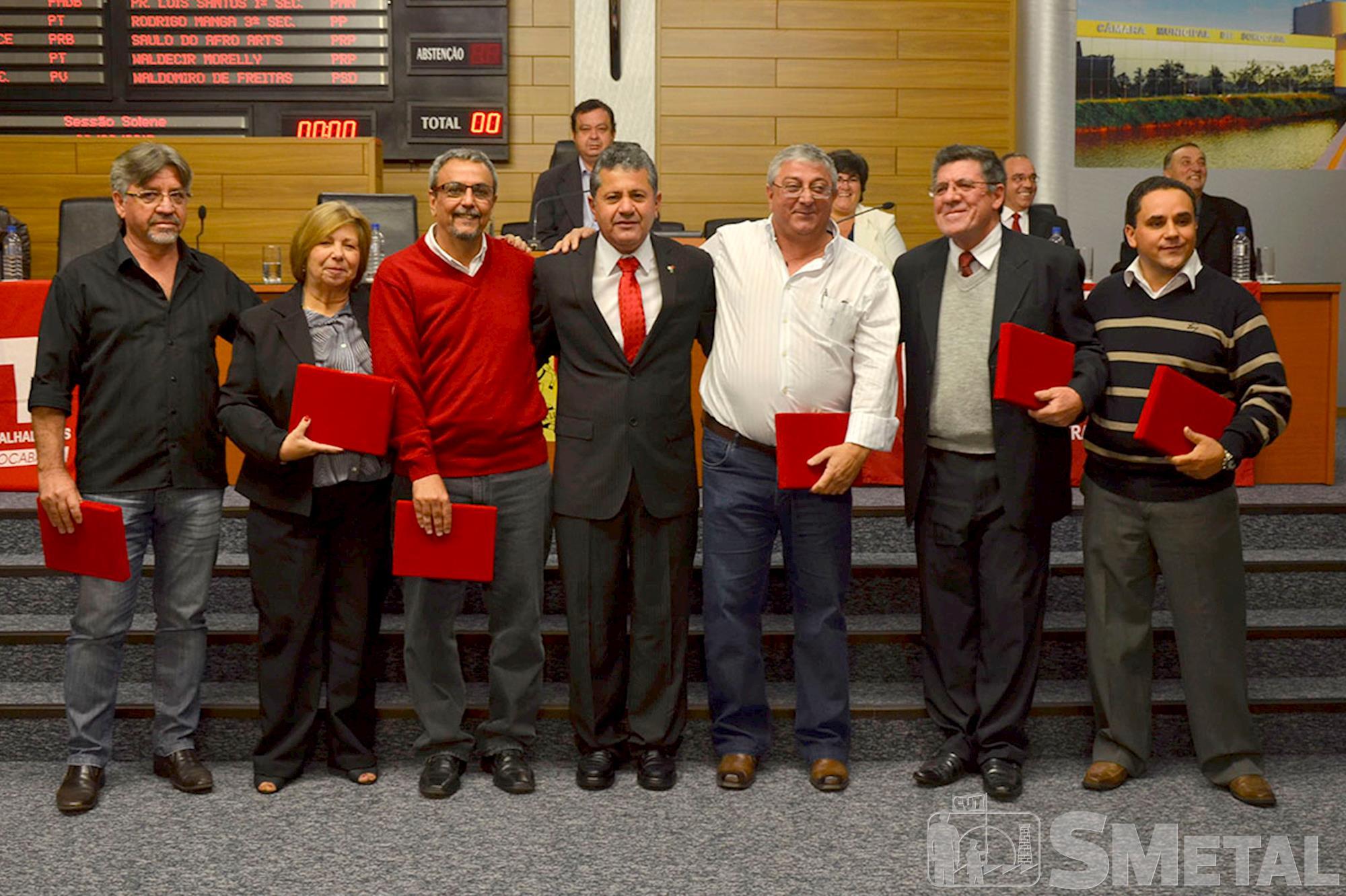Vereador Izídio posa para foto com alguns dos sindicalistas homenageados, Sessão Solene na Câmara de Sorocaba comemora 30 anos de CUT