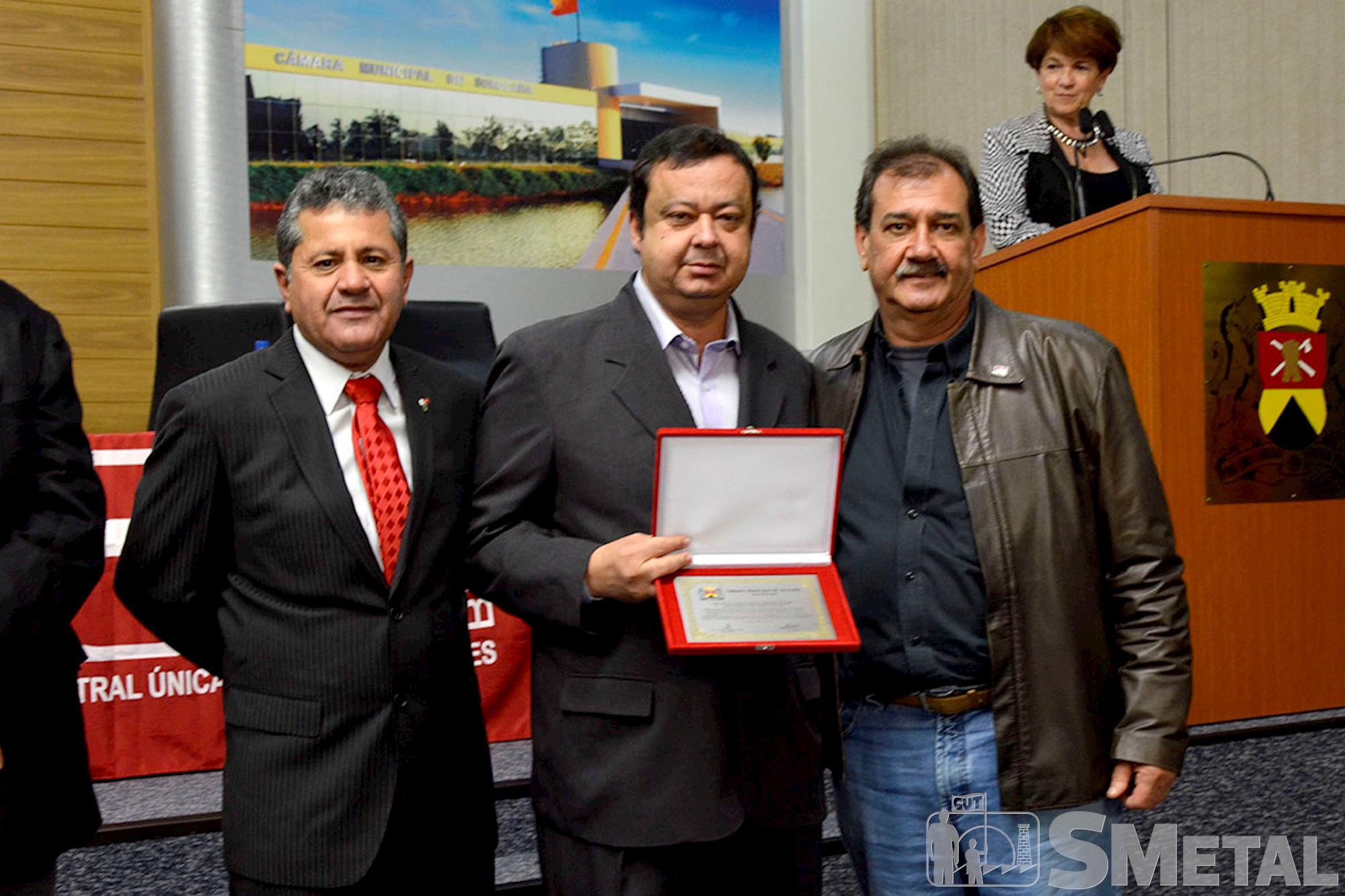 Ao lado de Izídio,  o vereador Francisco França (centro) entrega placa comemorativa ao secretário-geral da CUT São Paulo,  Sebastião Cardozo, Sessão Solene na Câmara de Sorocaba comemora 30 anos de CUT