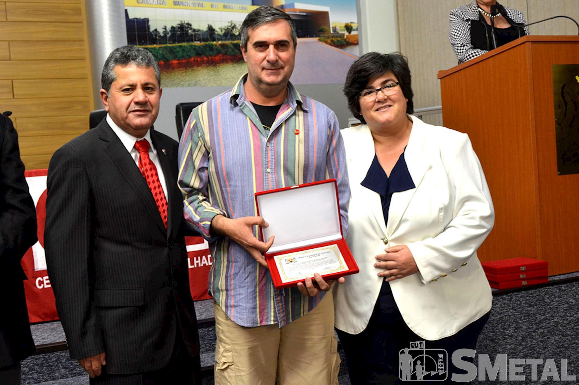 O diretor do Sindicato,  Sidnei Morales Hernandes (ao centro),  recebeu homenagem do vereador Izídio e da prefeita de Araçoiaba,  Mara Melo, Sessão Solene na Câmara de Sorocaba comemora 30 anos de CUT