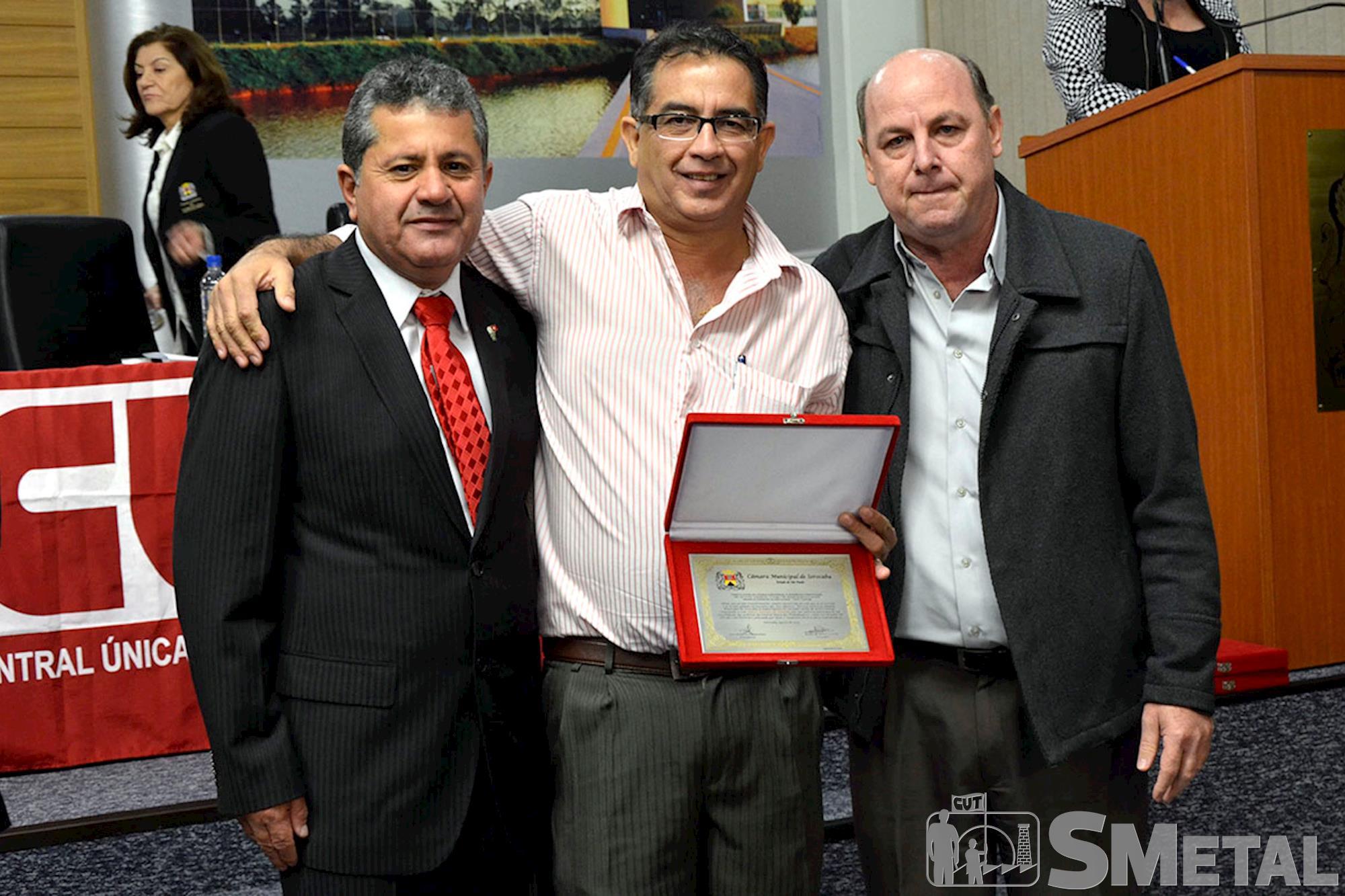 O presidente do Sindicato dos Papeleiros,  Marco Antonio de Almeida (ao centro),  recebeu placa comemorativa dos 30 anos da CUT do vereador Izídio e do , Sessão Solene na Câmara de Sorocaba comemora 30 anos de CUT
