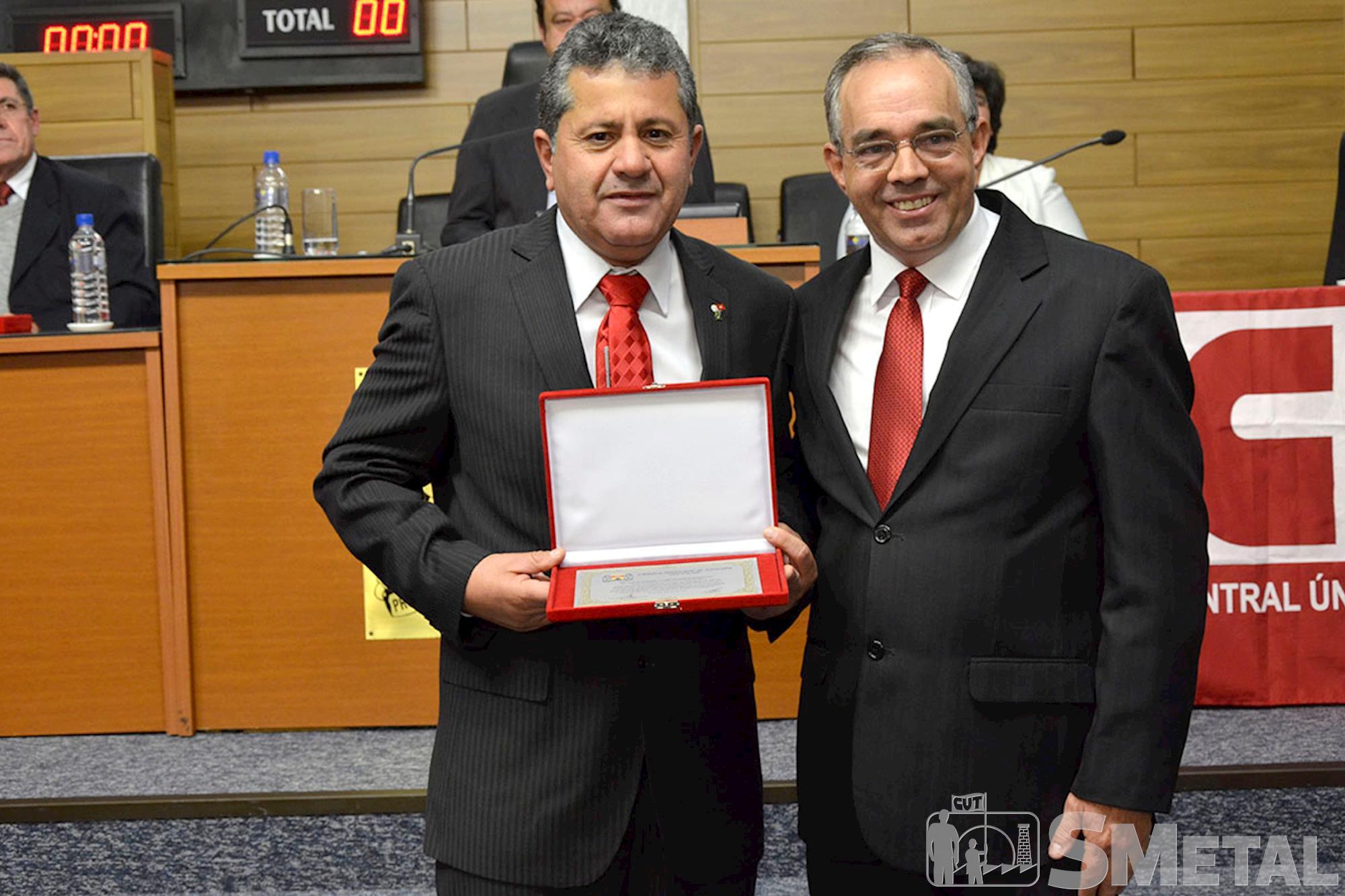 O vereador Carlos Leite (PT) fez entrega de Votos de Congratulações ao colega Izídio,  autor da proposta de sessão solene em homenagem à CUT, Sessão Solene na Câmara de Sorocaba comemora 30 anos de CUT