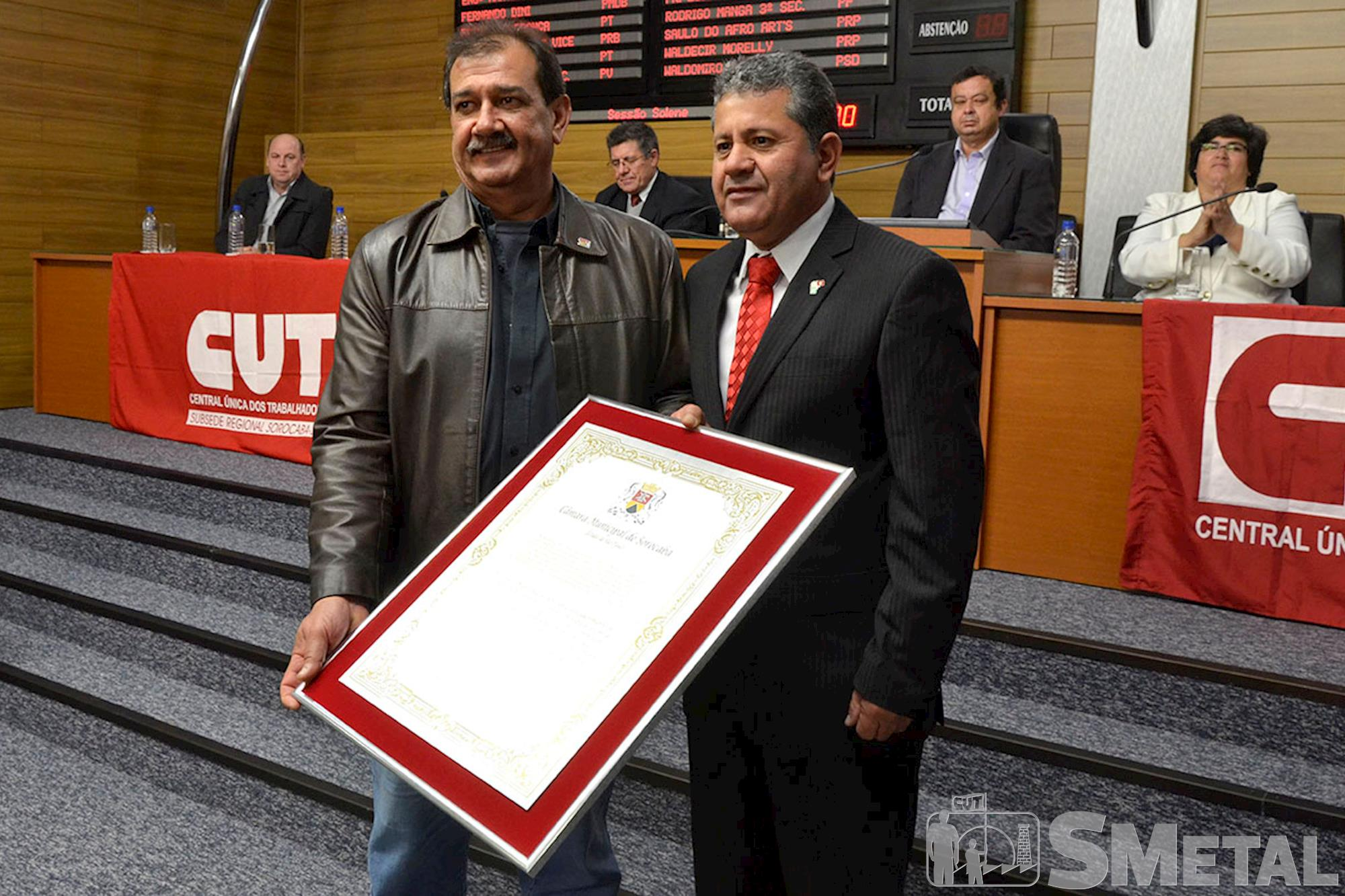 Ao final da solenidade,  o secretário-geral da CUT,  Sebastião Cardozo,  recebeu das mãos de Izídio uma placa comemorativa em alusão aos 30 anos da CUT, Sessão Solene na Câmara de Sorocaba comemora 30 anos de CUT