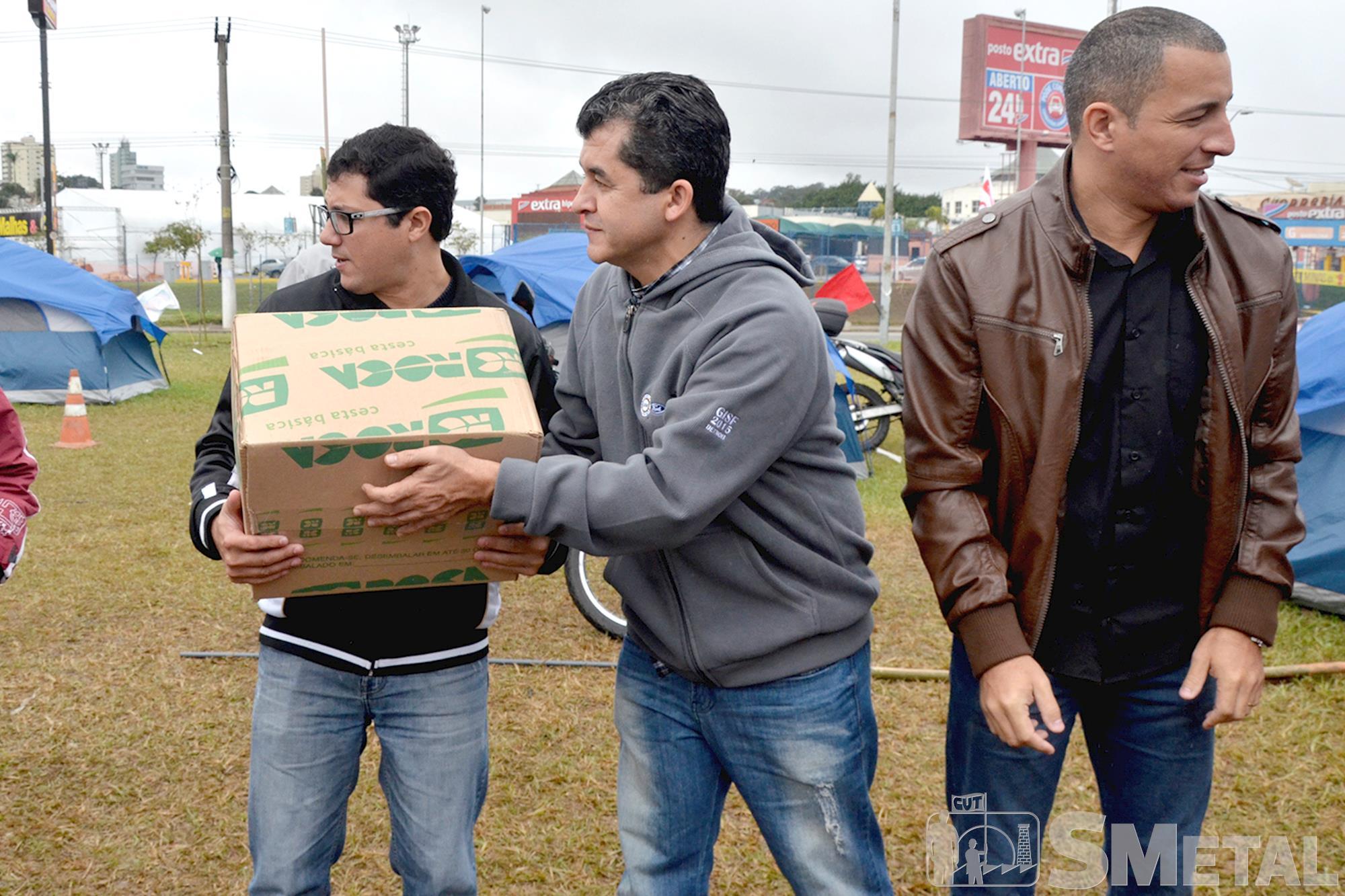 SMetal doa cestas básicas aos metalúrgicos acampados na Mercedes Benz