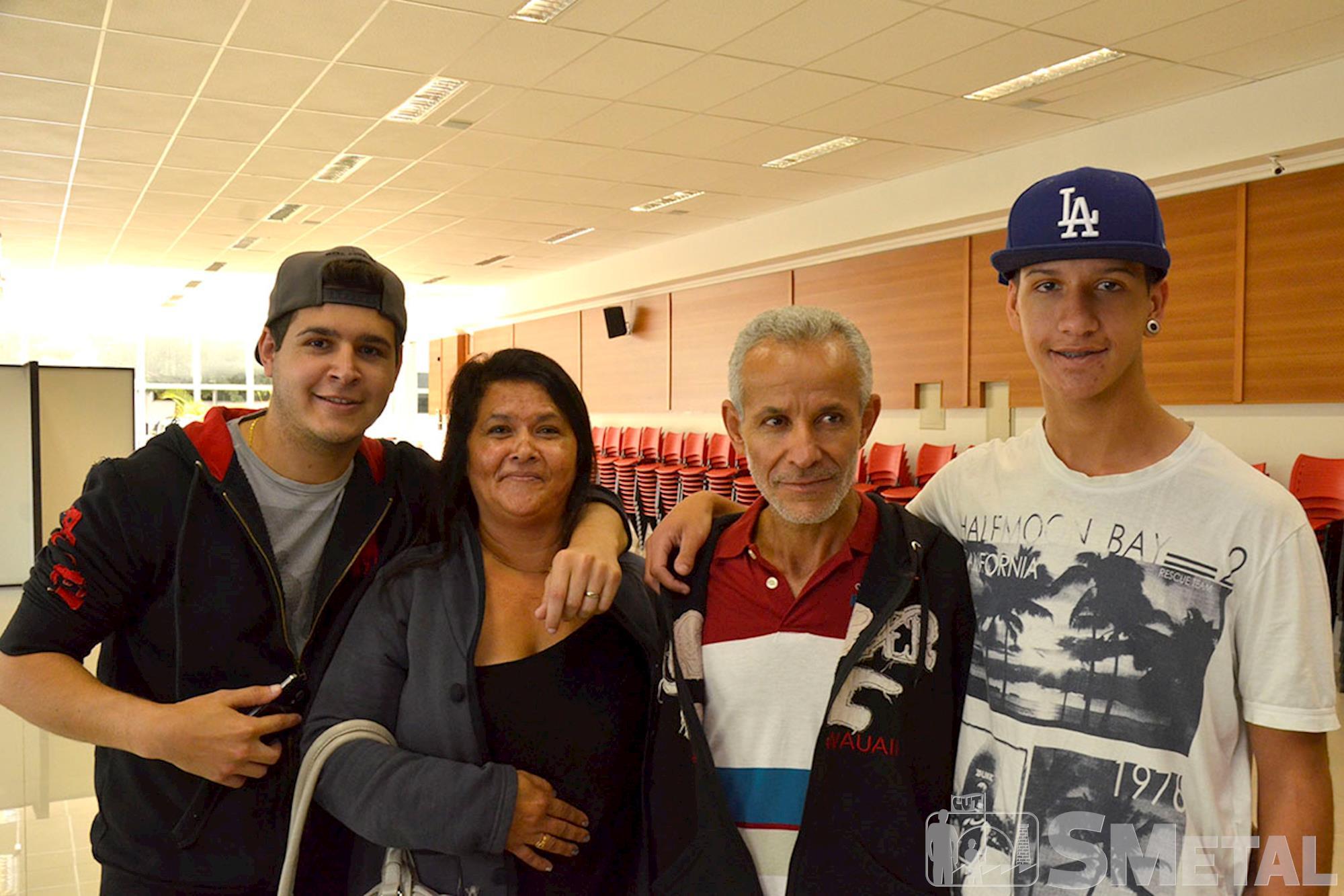 Vitor Ferreira ao lado da família, Estudante Jean Ferreira é campeão do Futgame