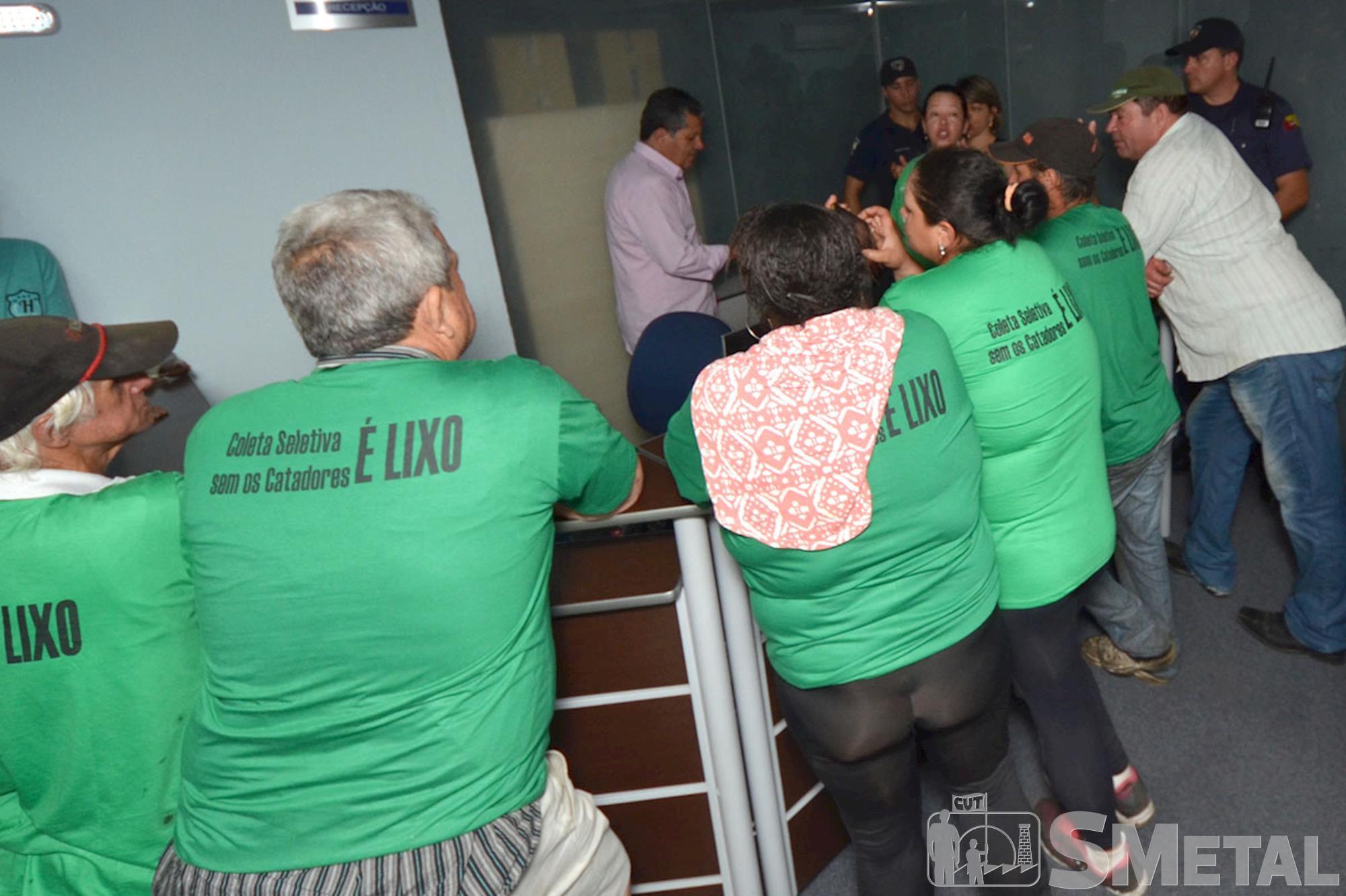 Prefeitura ameaça Coreso e catadores ocupam antessala do prefeito
