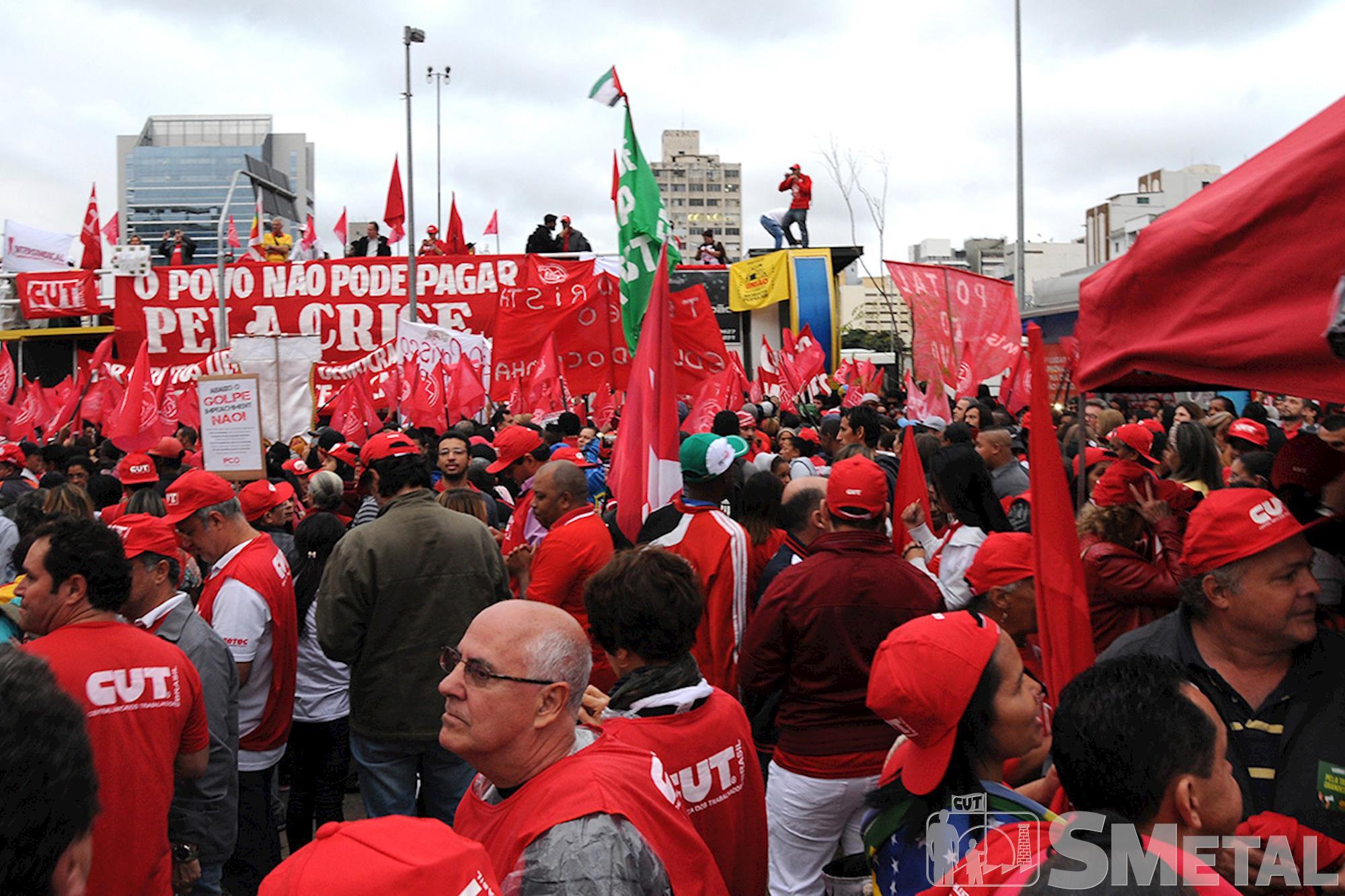 Manifestação reúne milhares de pessoas em defesa da democracia