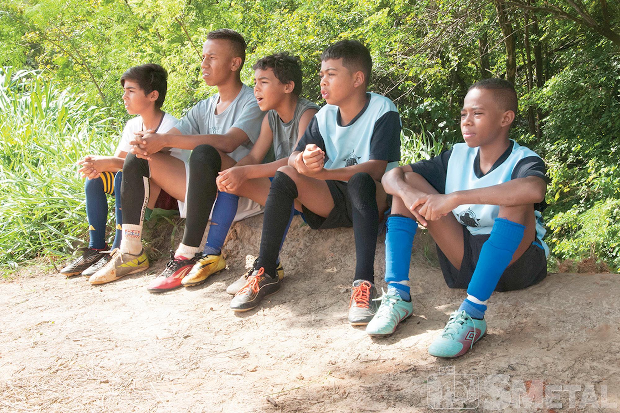 Meninos esperam a vez de entrar em campo durante treinamento na Casa Verde,  no bairro Aparecidinha, Futebol de base: O futuro quer ser visto agora