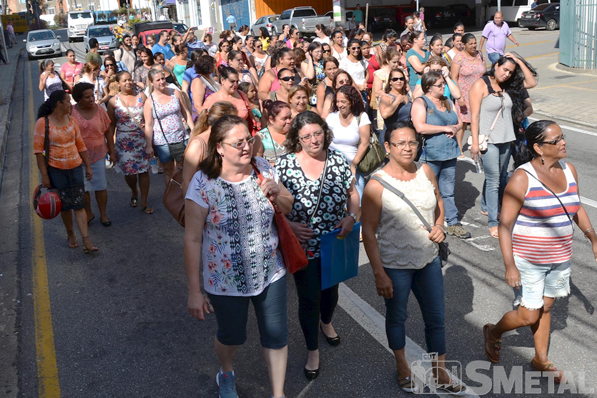 Merendeiras de Sorocaba protestam contra salários atrasados