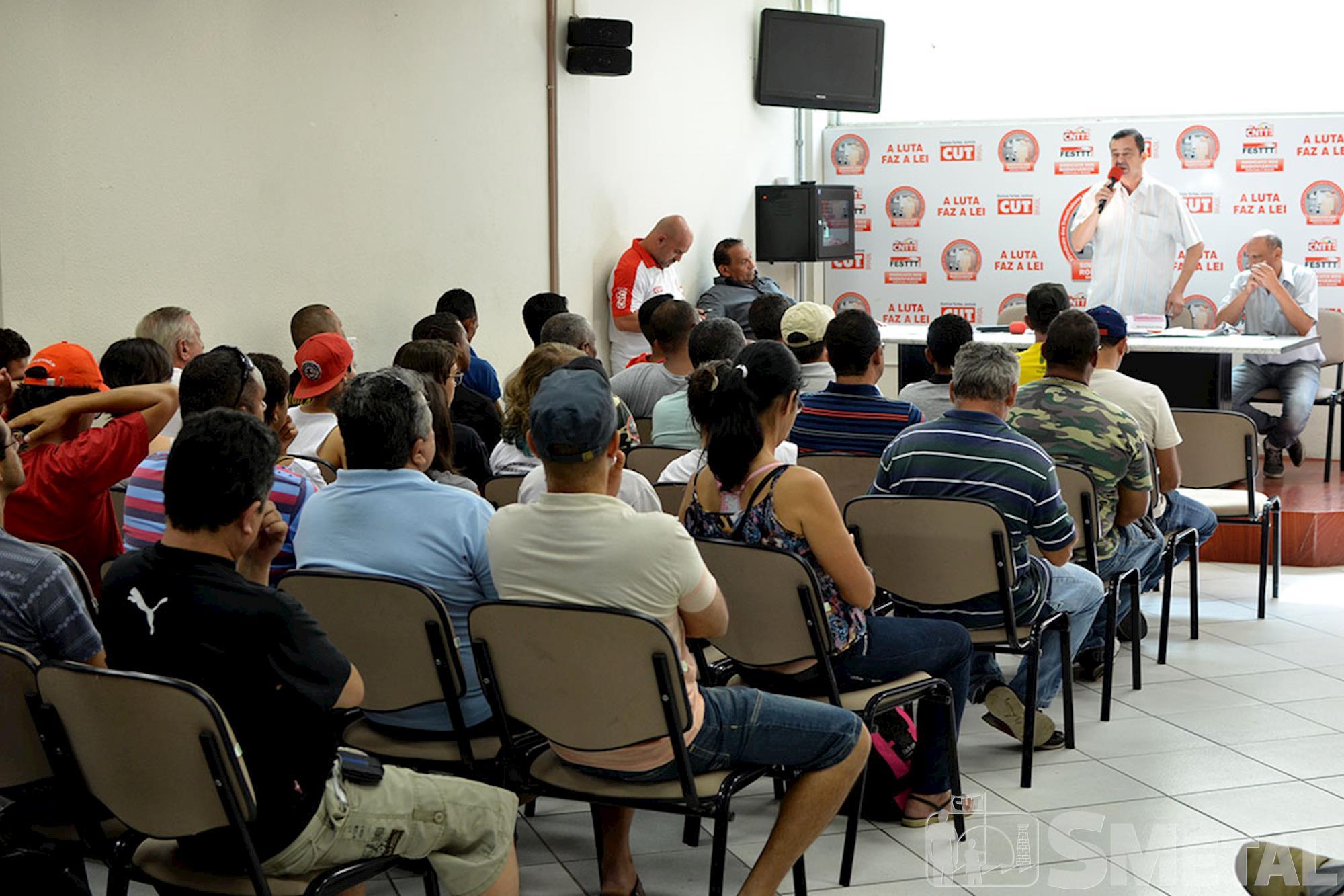 Comitê de Resistência Democrática faz panfletagem e alerta sobre golpe