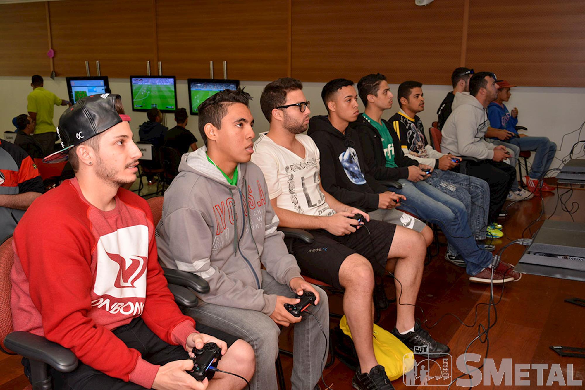 Estudante Jean Ferreira é bicampeão do Torneio de Futgame do SMetal
