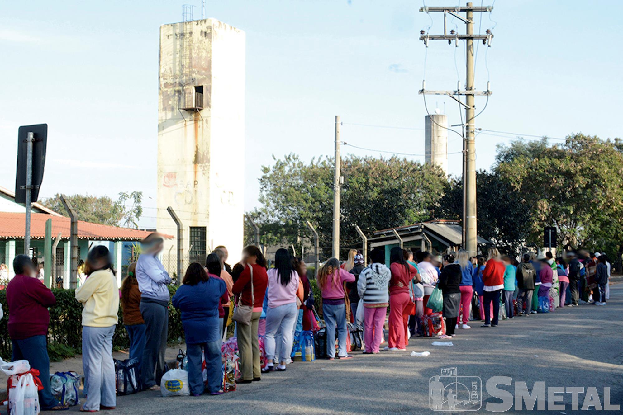 Em frente ao CDP de Aparecidinha,  a fila para visita costuma ser quilométrica,  sob sol ou sob chuva, Sistema prisional: um drama de toda a sociedade