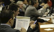 """Comissão aprova """"distritão"""" e fundo bilionário para campanhas"""