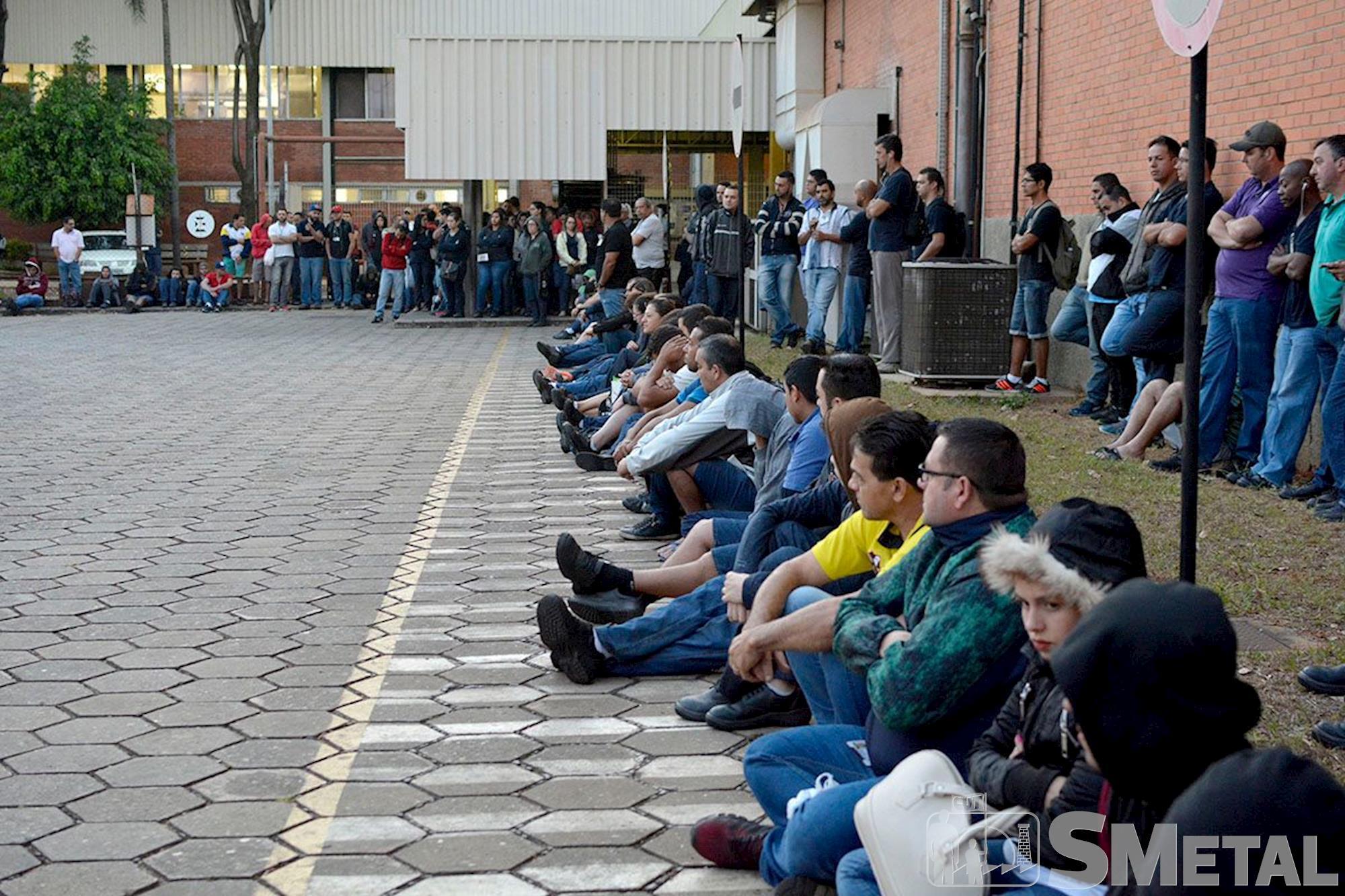 A Convenção Coletiva de Trabalho é a única ferramenta para garantir emprego digno., Daniela Gáspari e Foguinho, Metalúrgicos protestam em defesa da Convenção na Schaeffler