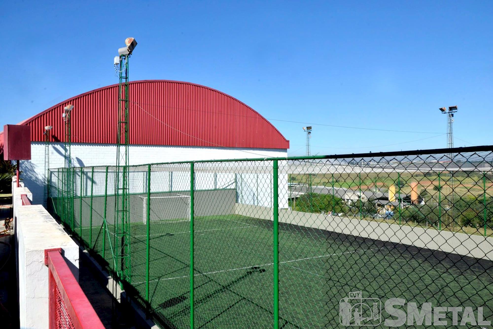 A quadra de futebol society é de grama sintética., Foguinho/Imprensa SMetal