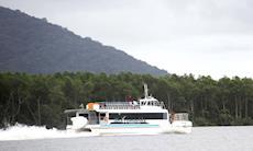 Ilha oferece passeios com o catamarã e shows gratuitos
