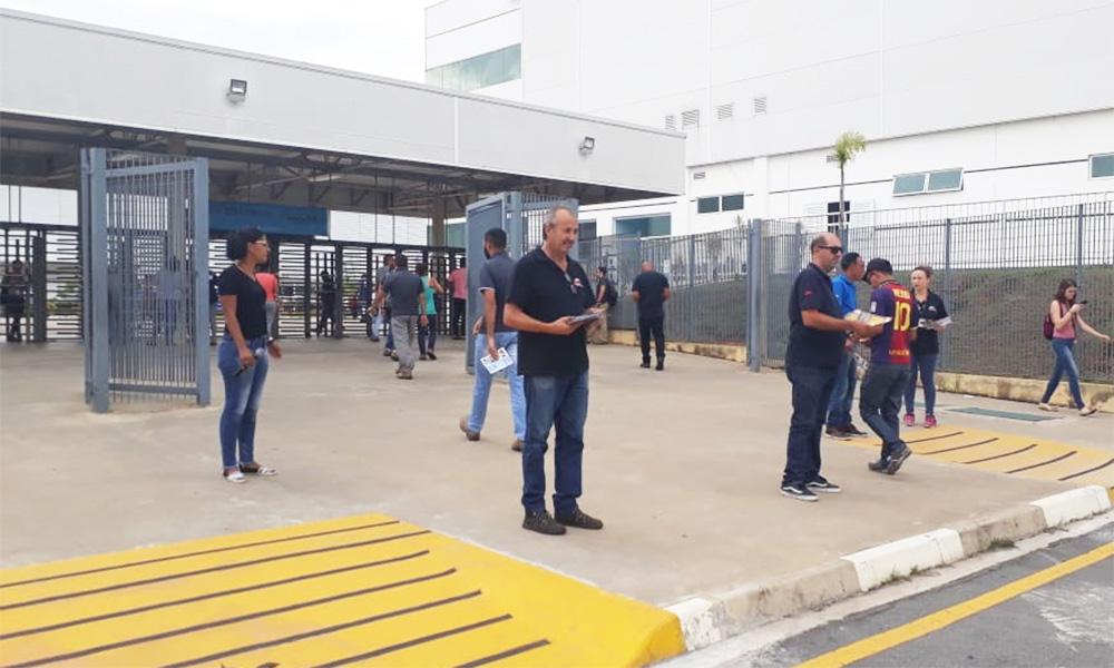 Dirigentes do SMetal entregam material sobre CIPA na Flex