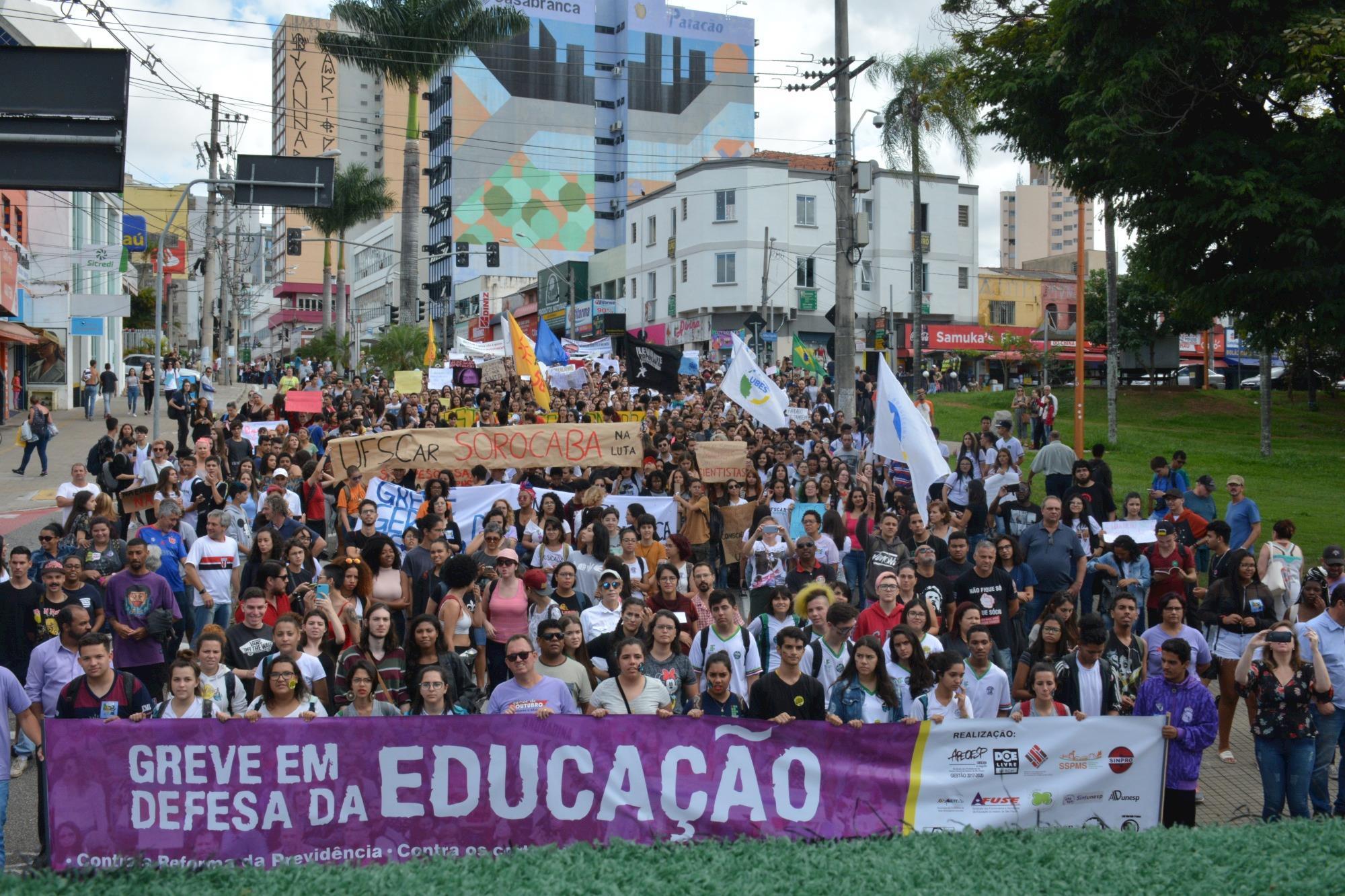 Povo nas ruas dá aula contra as ações do governo