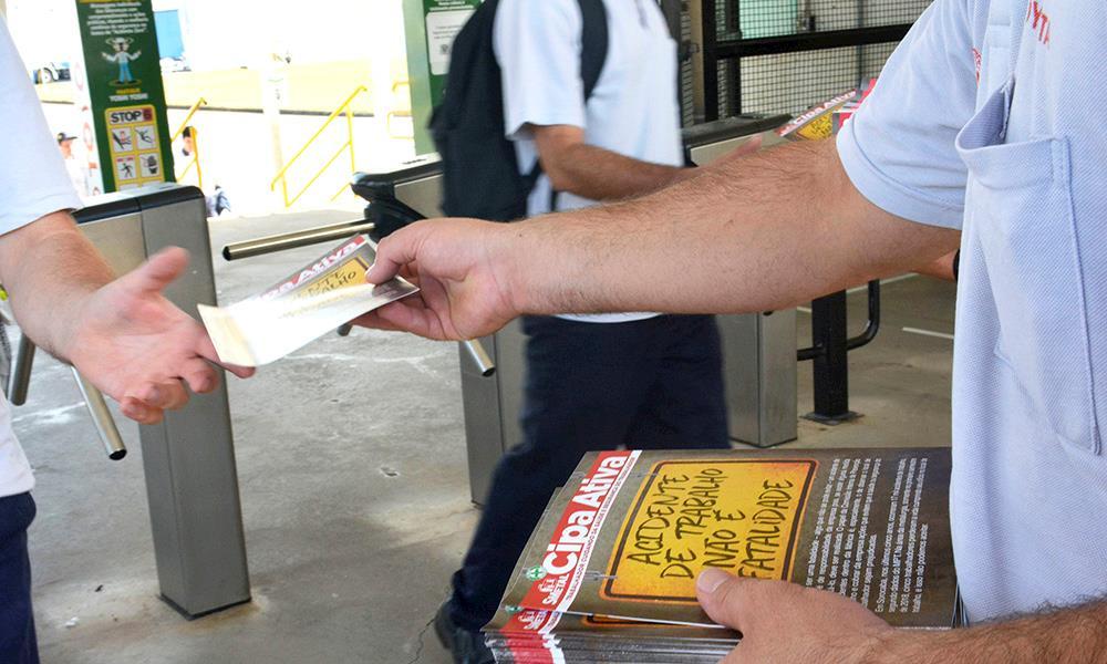 Dirigentes do SMetal entregam material sobre CIPA na Toyota