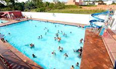 Calor e música ao vivo marcam a reabertura das piscinas