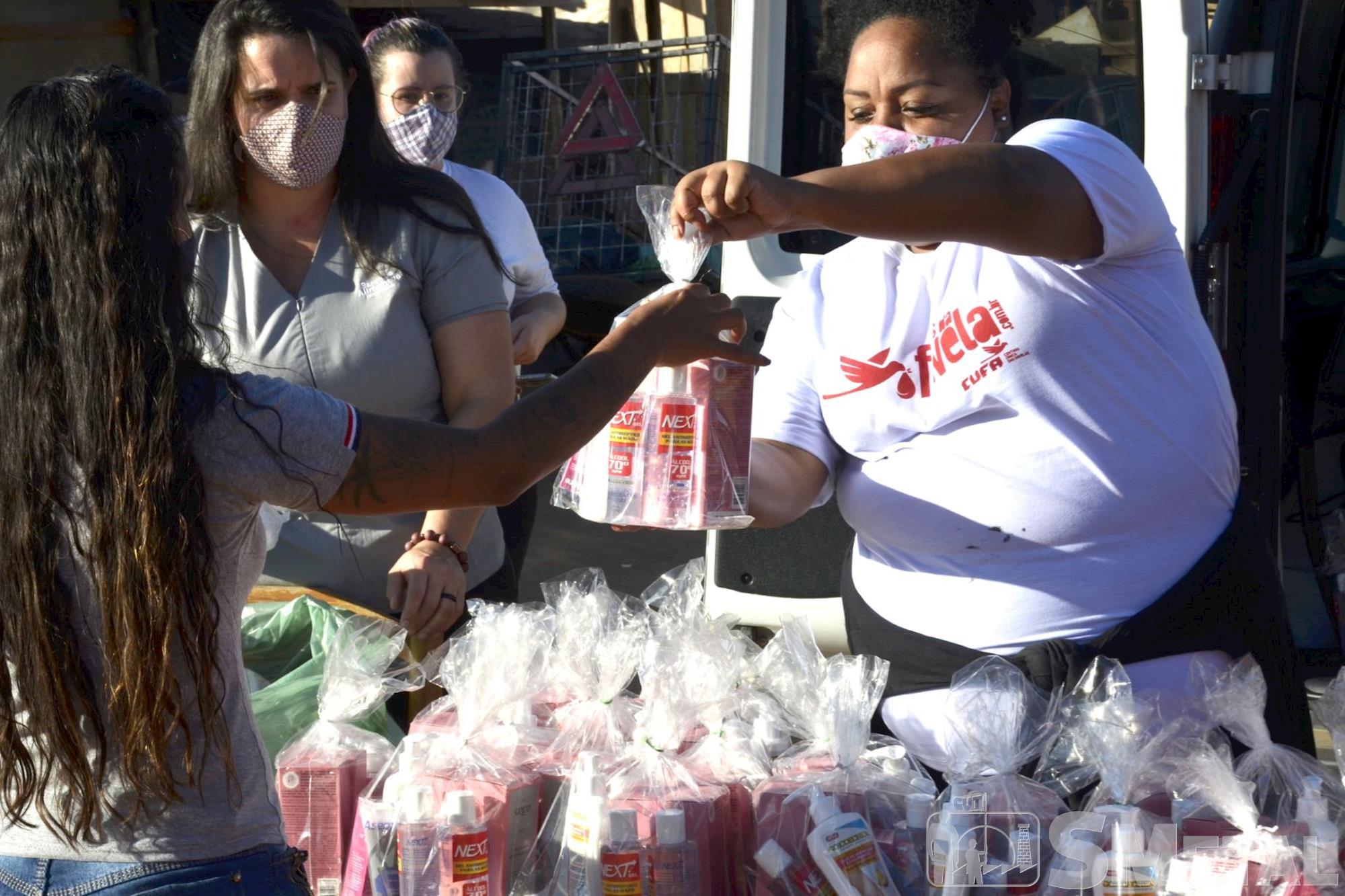 Jônatas Rosa/Imprensa SMetal , Comunidade de Sorocaba recebe doação de kits de beleza e higiene