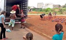 Favela Santa Rosa: SMetal doa brinquedos para instalação de playground
