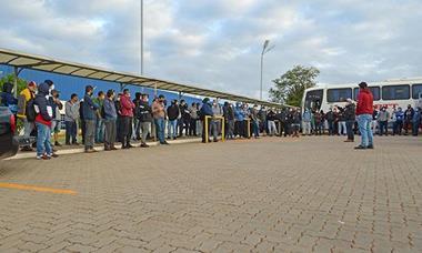 Metalúrgicos da Clarios protestam em busca de valorização salarial